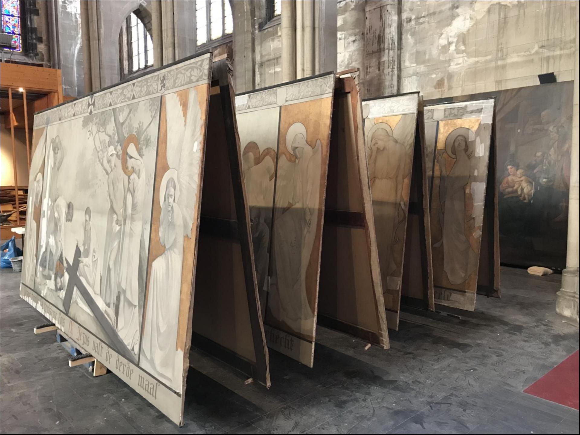 Dépose des toiles du chemin de croix